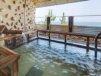 潮風と波音を感じながらの露天風呂。もちろん目の前は海♪