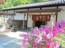 """自然溢れる京の奥座敷""""門前茶屋""""で味わう山川の幸と家庭的なおもてなし。"""