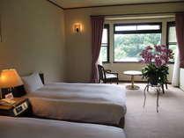 ツインタイプのお部屋です。ベッドはゆったりサイズのセミダブルです。