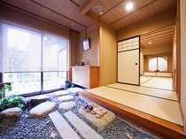 【金沢温泉あたらしや】贅沢にゆったりとした間取りで、ゆっくりとお寛ぎいただけます。(客室の一例)