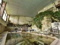 *岩風呂/浴槽の岩の亀裂からは源泉がじわじわと湧き出しています。空気に触れない源泉は新鮮そのもの!