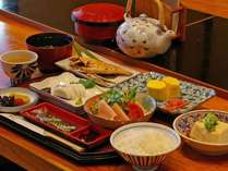 朝食(一例) ある日の朝食です。寝起きに心地よい定番の和朝食です。