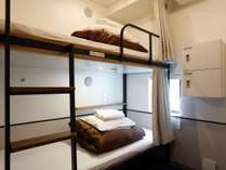 【2名用個室 2段ベッド)】お部屋には、スリッパ、ハンガー、タオル、小ロッカーが備わります。