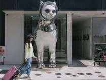 現代芸術家、ヤノベケンジの作品である猫のオブジェが目印!