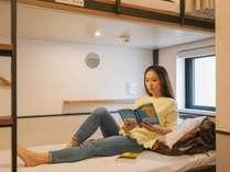 【個室/女性専用ドミトリー】2段ベッドは広々スペースでゆっくりお休み頂けます。