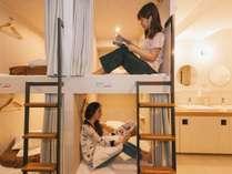 【男女混合ドミトリー】ベッドサイドに調光可能な読書灯や、USBポート、コンセントも。