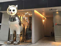 【エントランス】入り口には、大きなSHIP'S CATが皆さまをお出迎え!