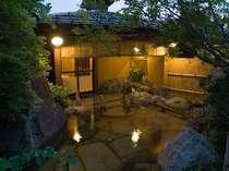 庭園の露天風呂 寝湯を楽しむことが出来ます。
