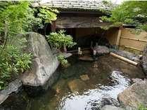 開放的な庭園露天-山川の湯。夜にはライトアップされます