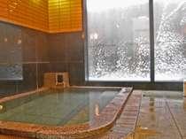 *大きな窓のある開放的な温泉浴場。かけ流しの天然温泉をゆっくりお楽しみ下さい☆