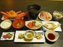 *カニが1人に一杯ついたご夕食一例。お刺身やくらげ料理、豚しゃぶなど盛りだくさん!