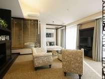 プレミアムスイート。70平米の客室を二人でゆったり。お昼寝用のデイベッドもあります♪