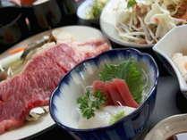 当館名物「溶岩焼き」に刺身が付いた山と海のコラボ料理☆