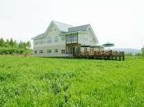 [写真]草原にたたずむホテル