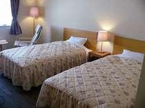 余裕のセミダブルベッドが安眠を誘う(ツインルーム)