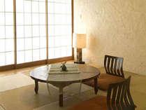 *琉球畳の和のしつらいが美しい和室。