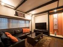 リビングルームにあるL字型の大きなソファでくつろぎのお時間を…。