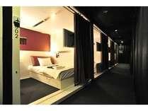ファーストクラスキャビンフロア☆4.2平米のお部屋の仕切りはアコーディオンカーテンです。快適Simple Stay