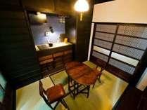 箱階段が特徴的なキッチンダイニング。設備は最新の物を設置しております。