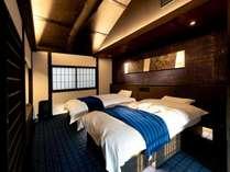 2階はホテル風の造りに。つゆくさ色で統一された落ち着いた寝室には洗面やトイレもございます。