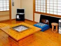 囲炉裏テーブルが設置された居間