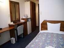 シングルルーム セミダブルサイズのベッド、ゆったりとした機能的なお部屋です(直電話予約のみ)