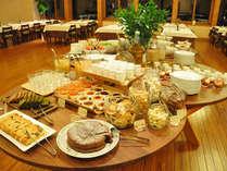 高原野菜をふんだんに使った豪華な夕食。スイーツも人気です。(夕食イメージ)
