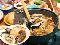 きのこ鍋:地元で採れたきのこをお鍋料理にいたします。