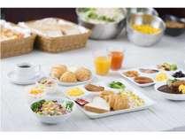 白米・カレー・サダラダ・ウインナー・魚などのバランス朝食♪