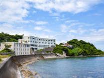 *【本館外観】当館は海岸沿いに立つホテルです。