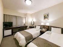 【スタンダードツイン】快適な眠りをお約束するシモンズベッドとテンピュールピロー採用。全室Wi-Fi無料