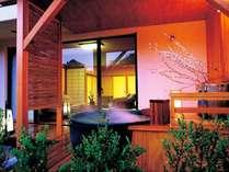 客室の露天風呂は天然温泉を使用。湯~ったりと日頃の疲れをリフレッシュ♪(加水・加温あり、放流式)
