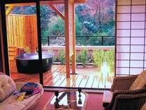 客室露天風呂の一例 自然豊かな景色と天然温泉のお風呂でリフレッシュ!(加水・加温あり、放流式)