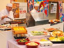 朝食バイキングの一例。調理人が目の前で干物やエビフライを調理。和洋約35種の品々がお楽しみ頂けます。