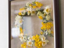 【ふらり客室内】ふらりのお部屋にはフラワーリングが飾られております。※部屋により花の種類が異なります