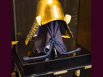 【ふらり客室内】黄金に輝く兜が飾られたお部屋もございます。