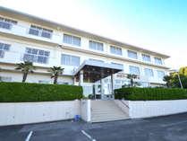 *外観 安乗灯台近くに位置し、客室は全室オーシャンビュー。3F建ての館です。