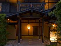 【玄関先】和の趣ある玄関で記念撮影はいかがですか。正面のうち山の提灯も雰囲気を演出