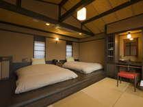 【月タイプのお部屋/寝室】2階には和ベッドが2つ。広々としたお部屋で安眠を…
