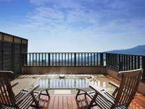 花タイプの露天風呂からの景色。正面には伊豆七島を望む相模湾、右には天城連山、右後方には大室山。