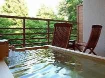 【水花の庄/和洋室】客室露天風呂テラスにある露天風呂で日頃の疲れを癒してください。