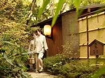 貸切露天風呂外観。お風呂上りに中庭を散策するもよし