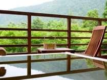 新館水花の庄の和洋室は客室露天風呂付き。箱根の山を眺めながら寛ぎのひとときを。