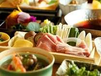 足柄遊膳:旬の素材を生かした色彩豊な和食会席。メインは季節のお鍋をお愉しみいただけます♪