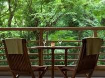 「水の音」の屋号にちなみ、館内の至るところで水の音色を愉しめる。自然に囲まれ、癒しを満喫できる宿。
