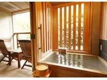 【新館:水花の庄/洋室ツイン35平米】客室の半露天風呂でプライベート空間を演出。※温泉ではございません