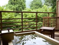 【新館:水花の庄/和洋室35平米】客室露天風呂テラスにある露天風呂で日頃の疲れを癒してください。