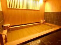 【新館:小涌谷温泉/花の湯】源泉かけ流しの檜風呂が自慢の内湯。