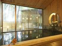 【本館:宮ノ下温泉/月の湯 内湯】開放的な雰囲気が自慢の内湯。