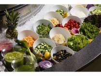 みずみずしい野菜をふんだん使ったサラダやフルーツのサラダコーナー
